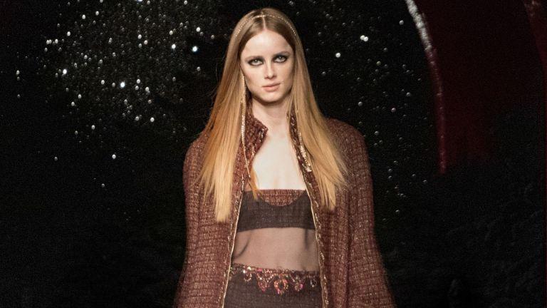 Chanel замени Гран Пале с интимната сцена на нощен клуб в Париж за представяне на колекцията си