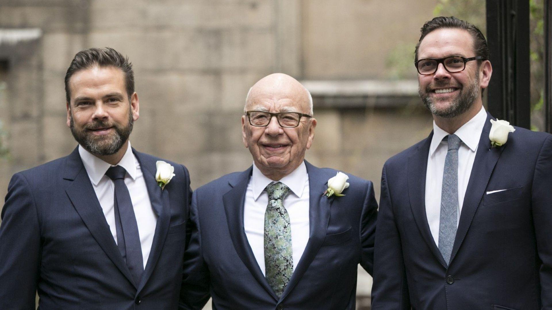 Рупърт Мърдок и двамата му сина - Джеймс (вдясно) и Лаклан (вляво), на 5 март 2016 г., ден след сватбата му в Лондон с Джери Хол. Джеймс се оттегли, Лаклан управлява голяма част от бизнеса