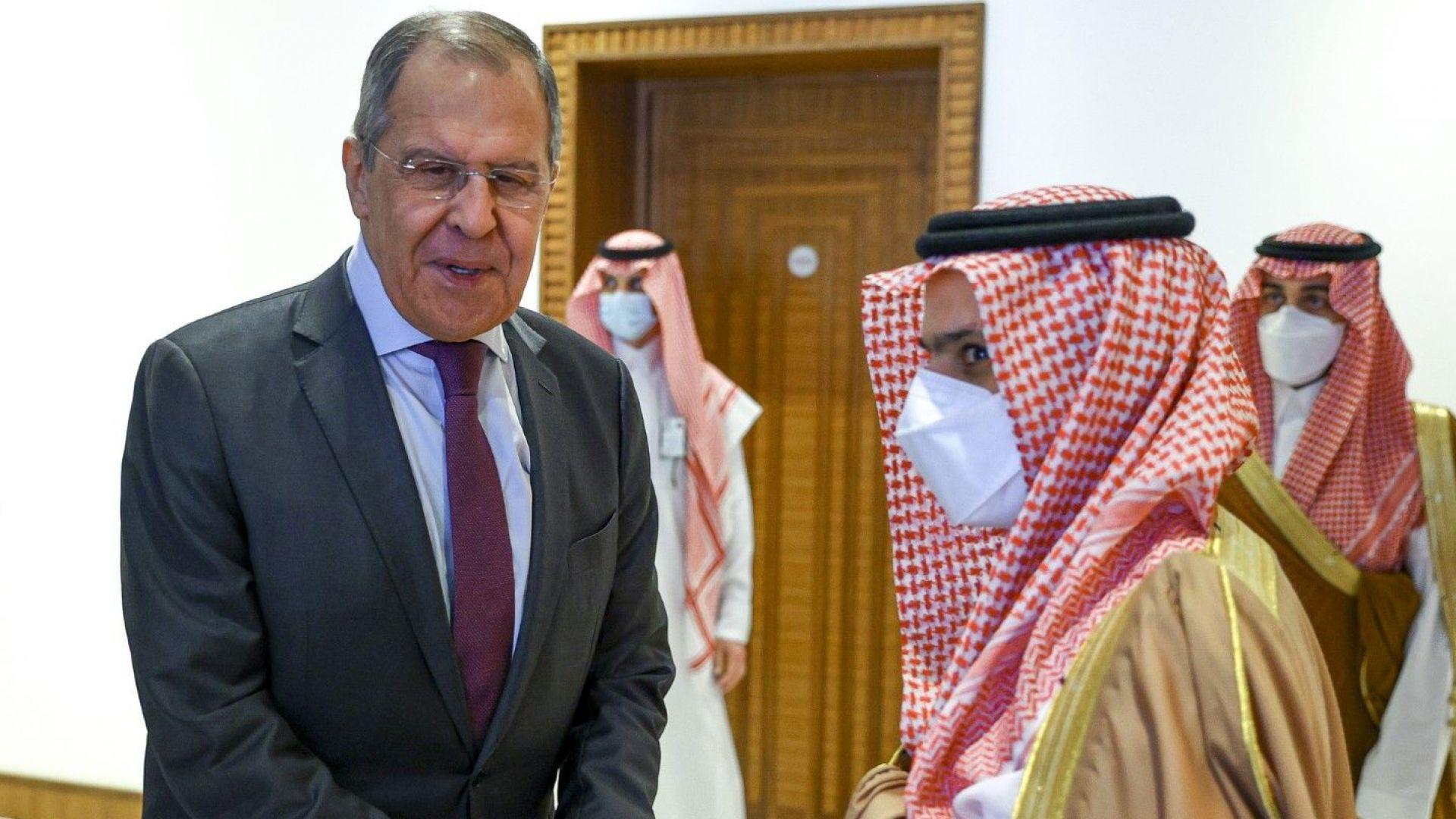 ОПЕК+ няма да допусне резки колебания в цените на петрола, но войната на Рияд с хусите не спира