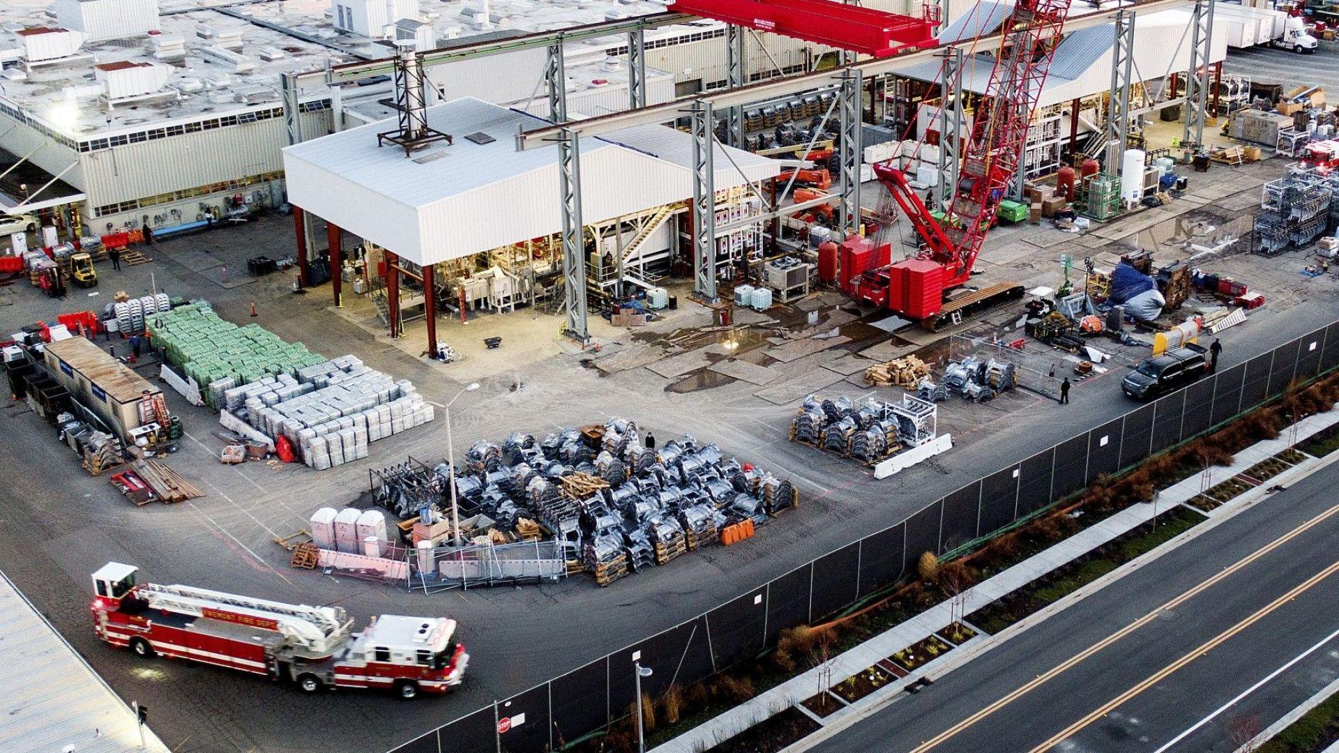 На снимка, направена с дрон, се вижда противопожарна кола в завода на Тесла
