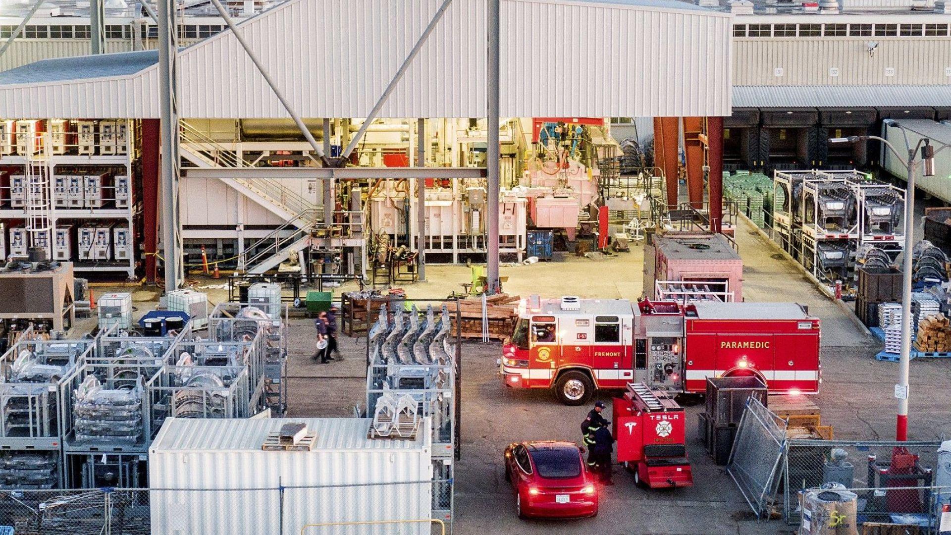 Пожар избухна в завод на Тесла, но вече е овладян