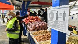 Зам.-кмет провери спазват ли се мерките за безопасност на Женския пазар (снимки)