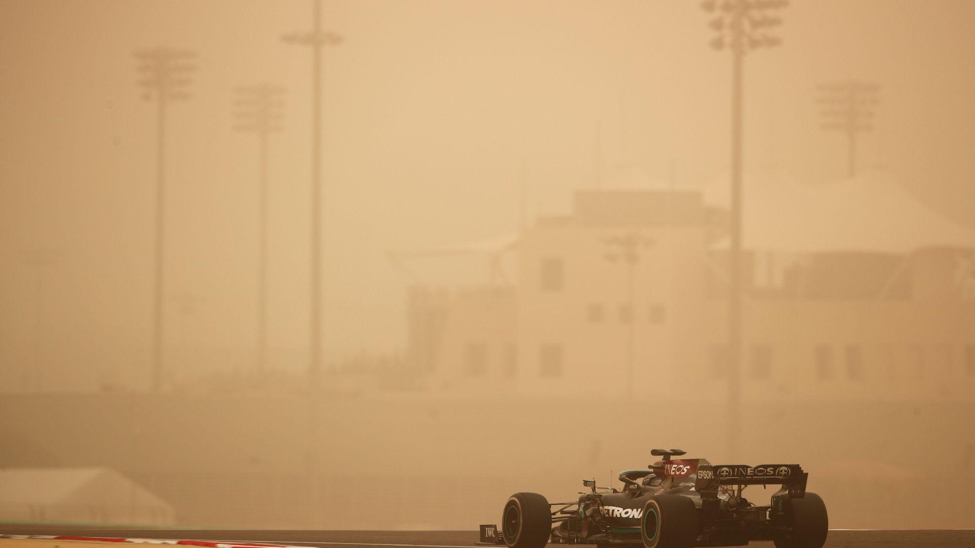 Пясъчна буря приветства Хамилтън на пистата