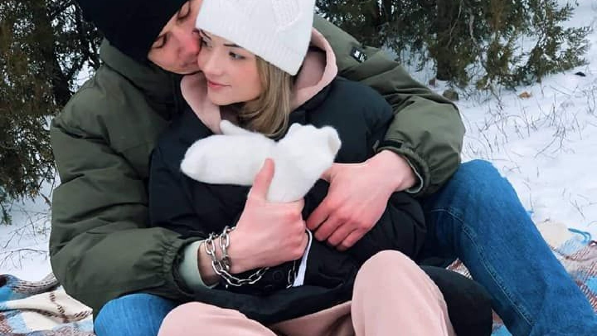 Защо двама влюбени се закопчаха с белезници един за друг... за 3 месеца (снимки, видео)