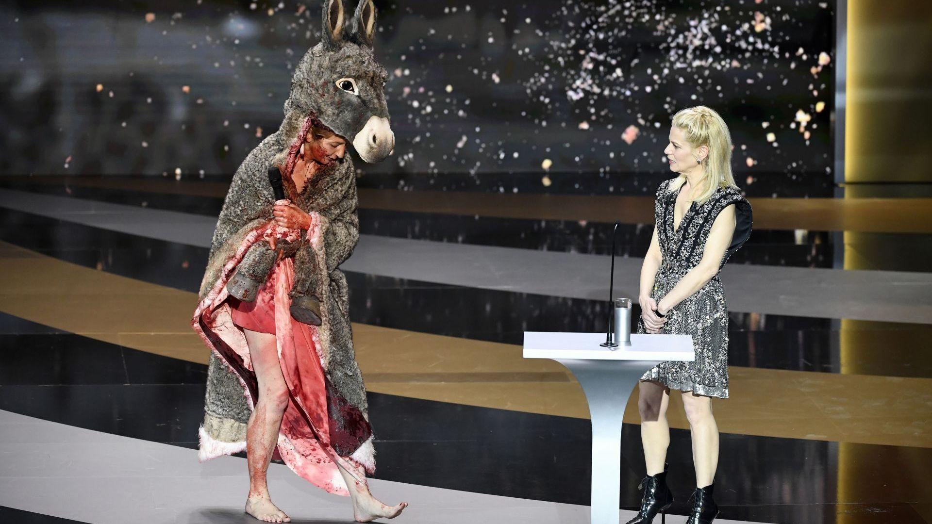 """Френска актриса се съблече на """"Сезарите"""" в знак на протест срещу затварянето (видео)"""