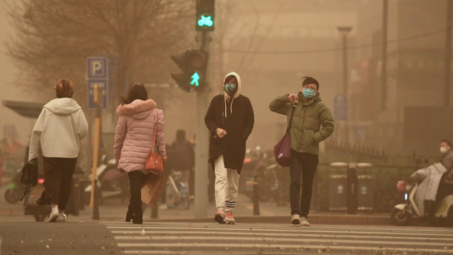 Най-силната прашна буря от десетилетие покри Пекин (видео)