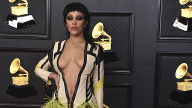 """Тоалетите на звездите за наградите """"Грами"""": авангардни и от известни модни марки"""
