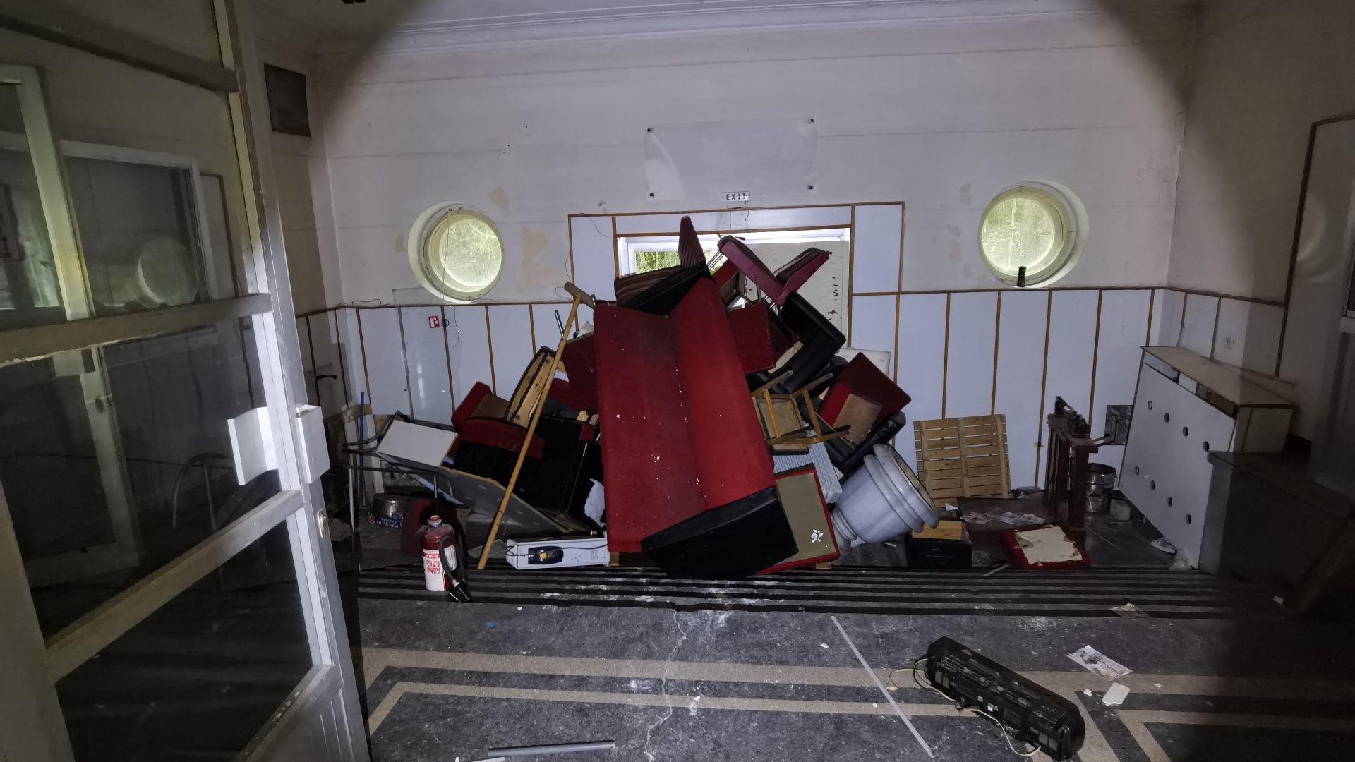 На барикадирания вход се вижда и част от счупаната мраморна ваза