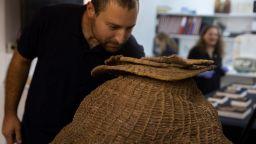Израелски археолози откриха библейски свитък от Мъртво море