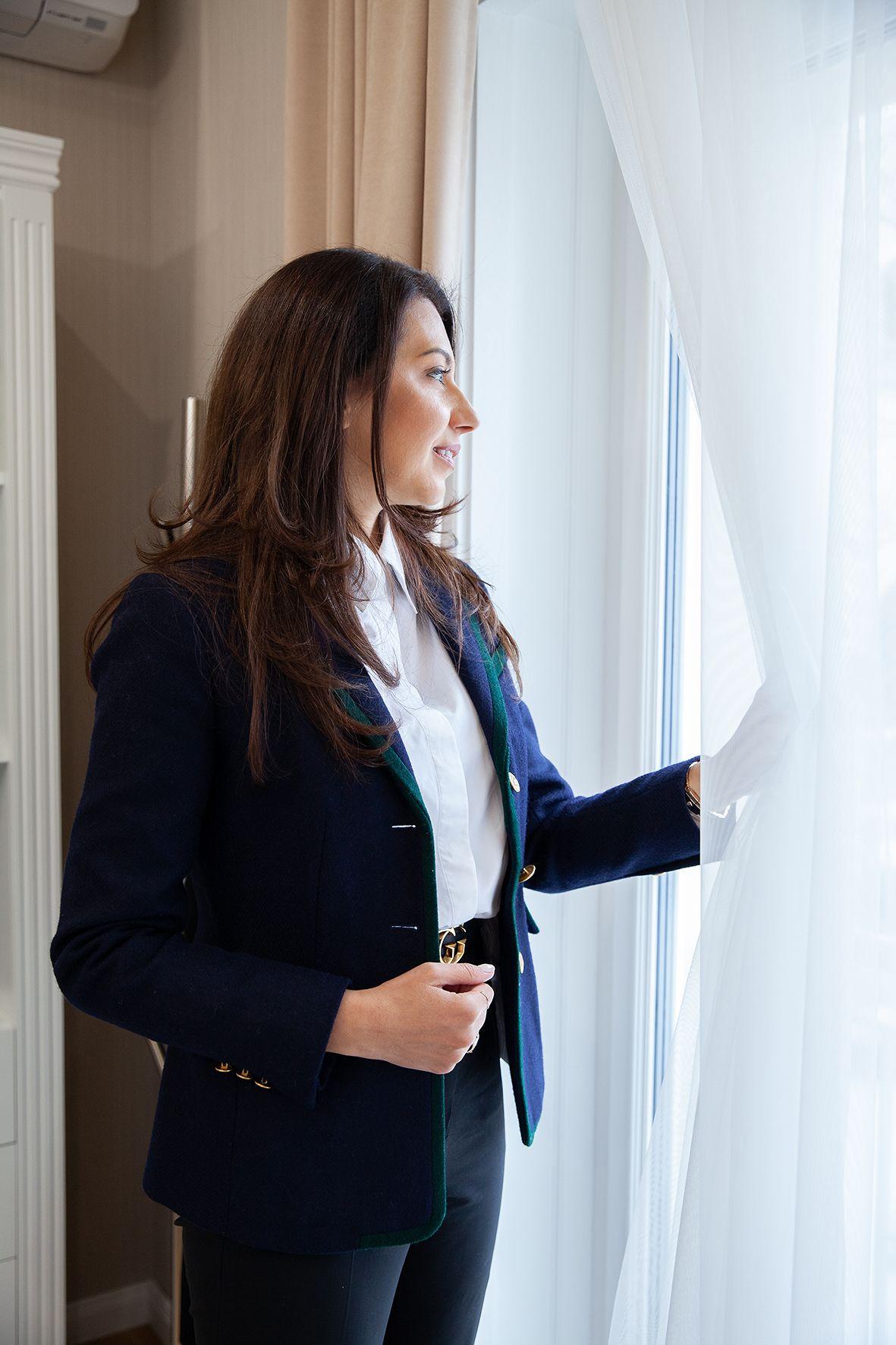 Цветелина Николова взима спонтанно решение да замени затворения бизнес офис без прозорци с уютна, светла сграда   Грим: Росина Георгиева