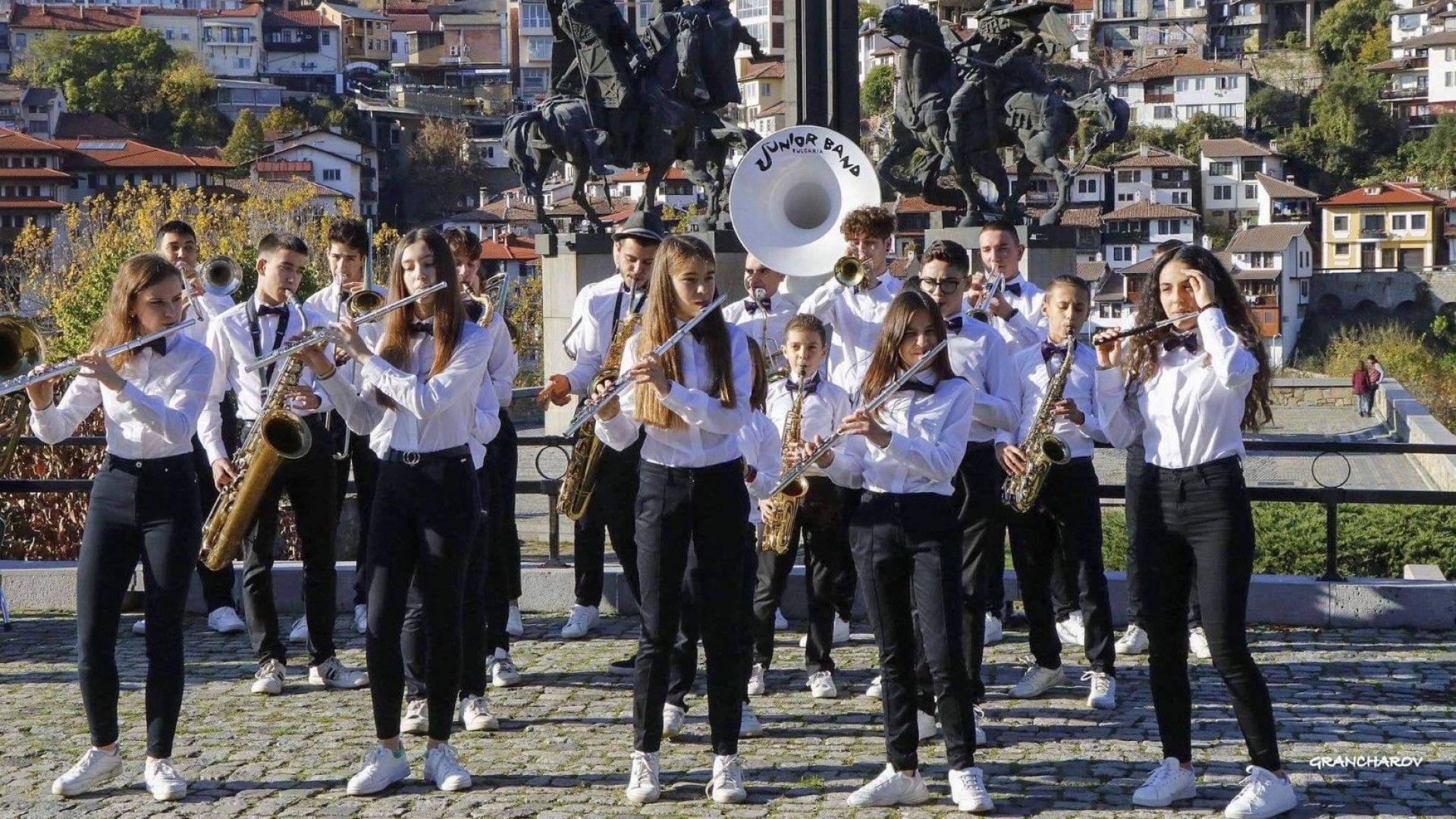 """""""Джуниър Бенд"""": Оркестърът, който разчупи маршовата стъпка"""