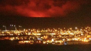 Зрелищно изригване на вулкан превърна столицата на Исландия в пейзаж от Пъкъла
