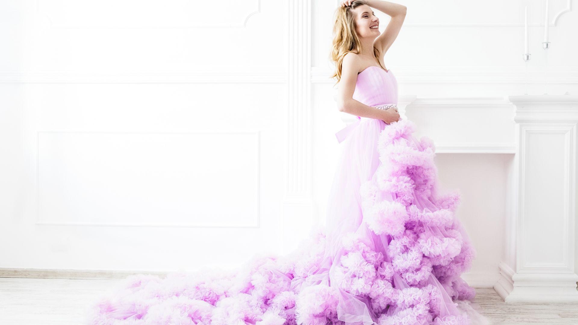 Време за принцеси: Панделки и воали в пролетния тренд на балните рокли