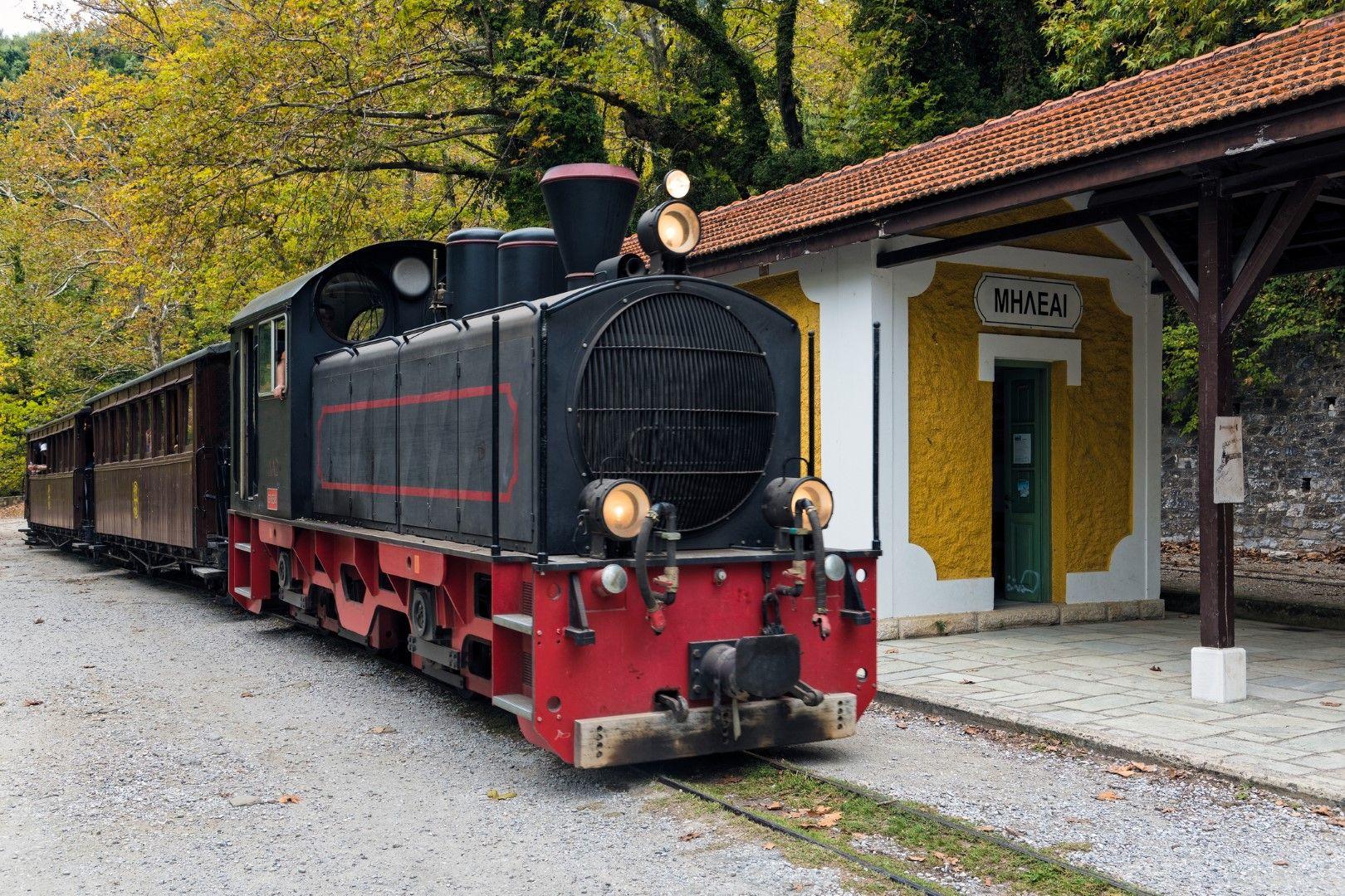Парният теснолинеен влак Мудзурис, който спира в Милиес