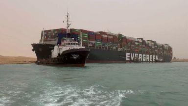 Голям товарен кораб блокира Суецкия канал