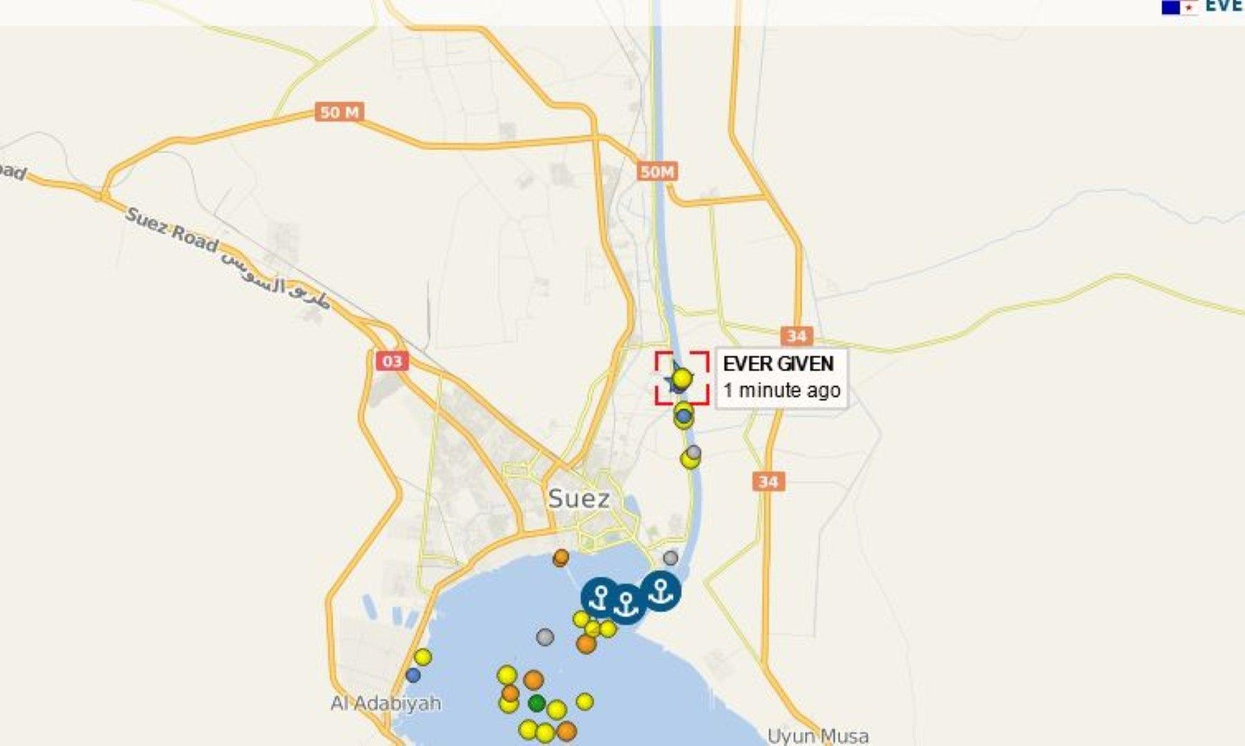Карта, която показва корабът в средата на канала и събиращата се опашка от изчакващи плавателни съдове