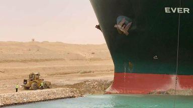 Суецкият канал все още блокиран, цените на петрола тръгнаха нагоре (видео)