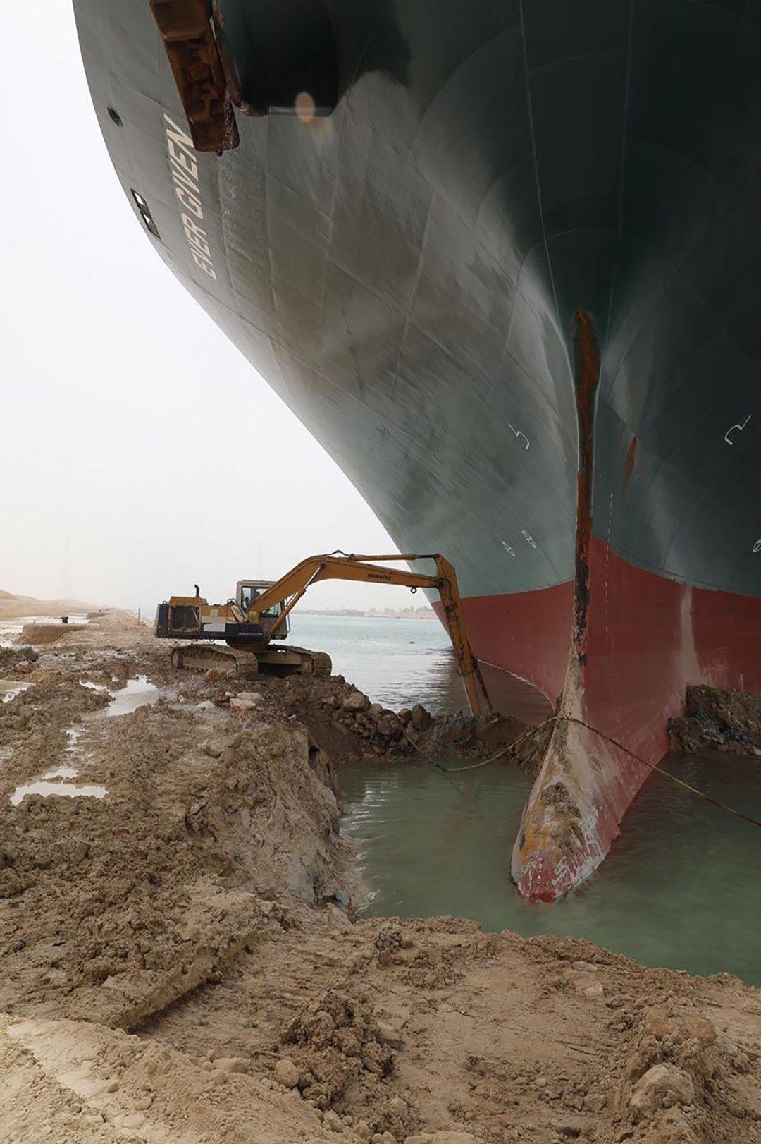 Багер се опитва да изкопае кила на кораба Евър Гивън, задръстил Суецкия канал