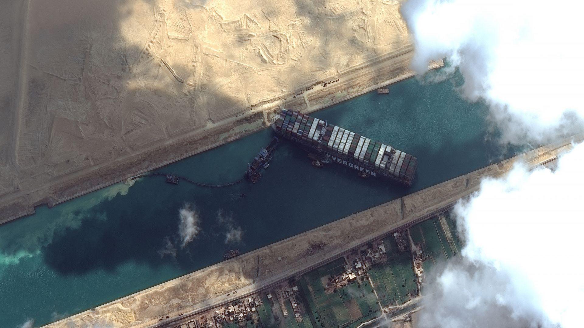 Провали се опит да изтеглят кораба, запушил Суецкия канал