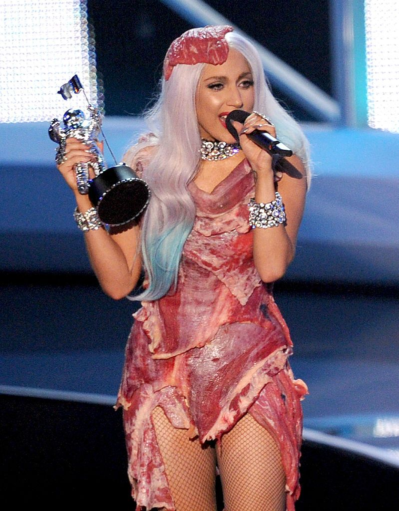 Лейди Гага с роклята от месо на церемонията на MTV Video Muzic Awards 2010