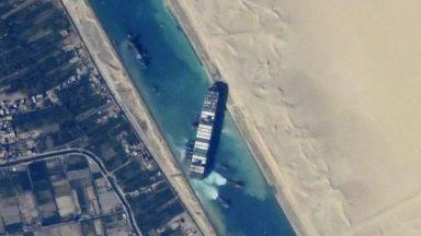 Кран ще разтоварва заседналия контейнеровоз в Суецкия канал