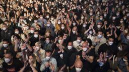 5000 души се забавляваха на рок концерт на закрито без социална дистанция (снимки и видео)