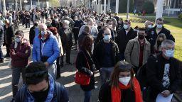 Чужденци се извиха на опашки за ваксинация в Сърбия (снимки)