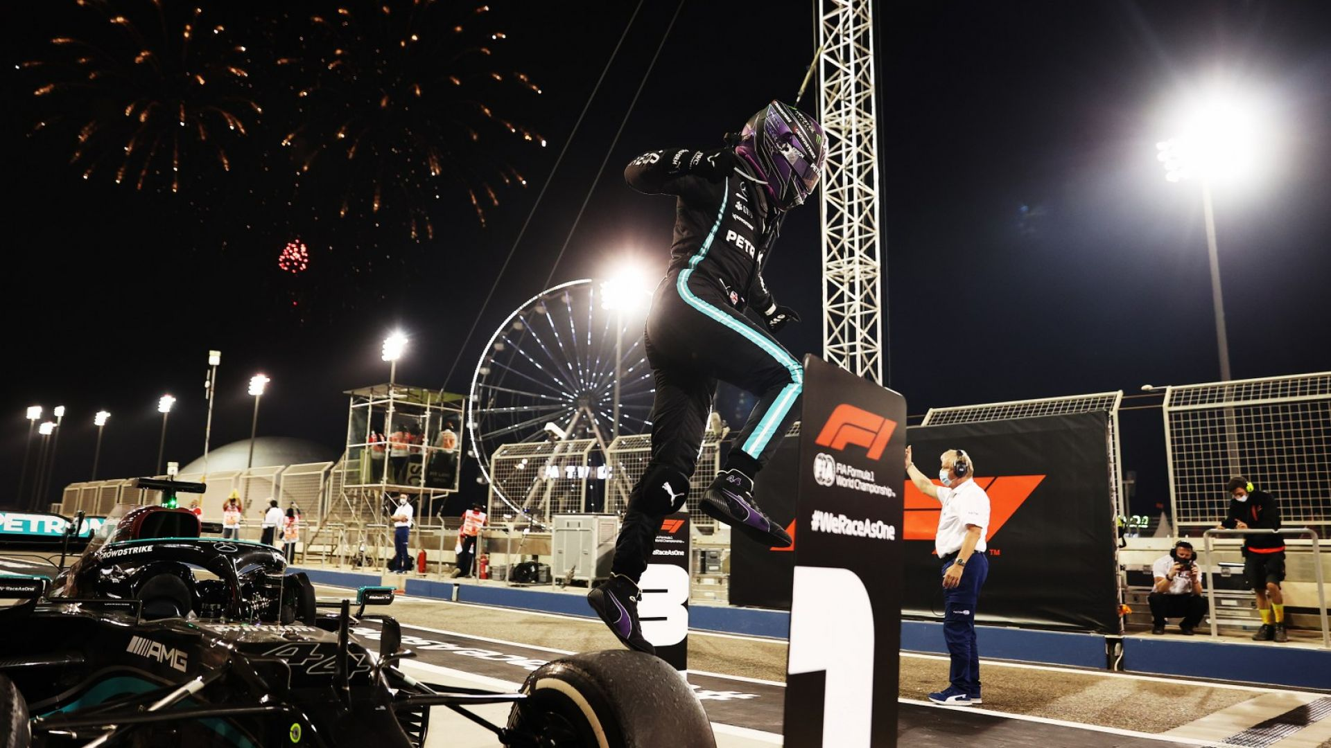 Хамилтън надделя над Верстапен след страхотна битка за начало във Формула 1