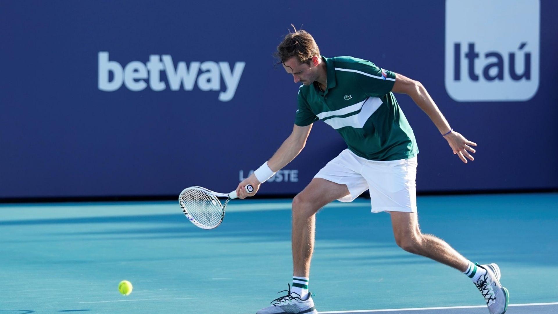 Куцукащият Медведев не се предаде на травмата и стигна осминафинал в Маями