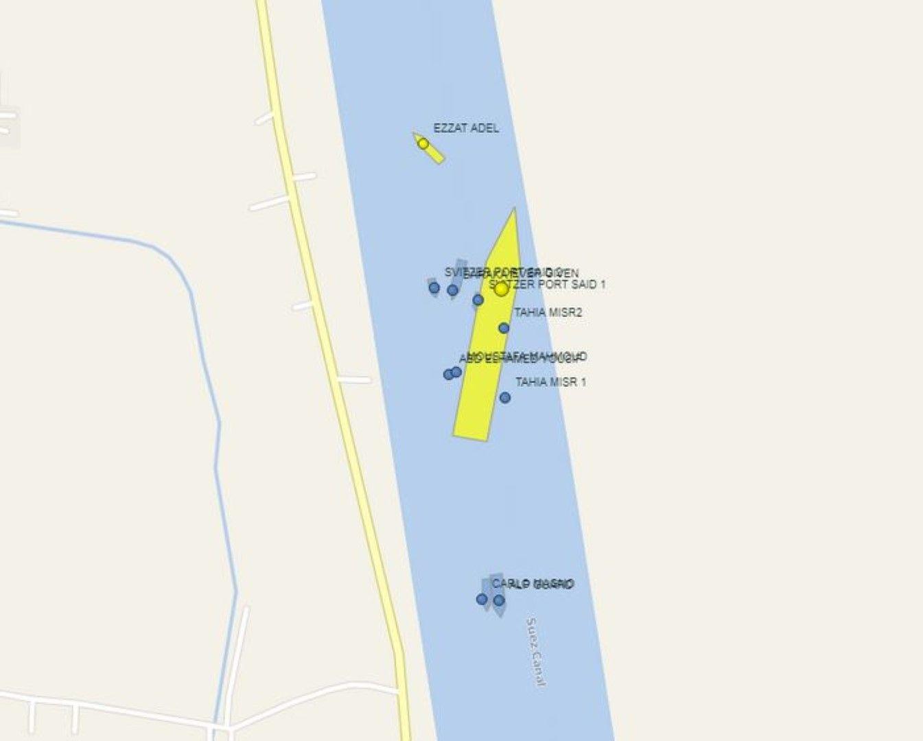 Моментната позиция на кораба, около него са съдовете, които се опитват да го преместят