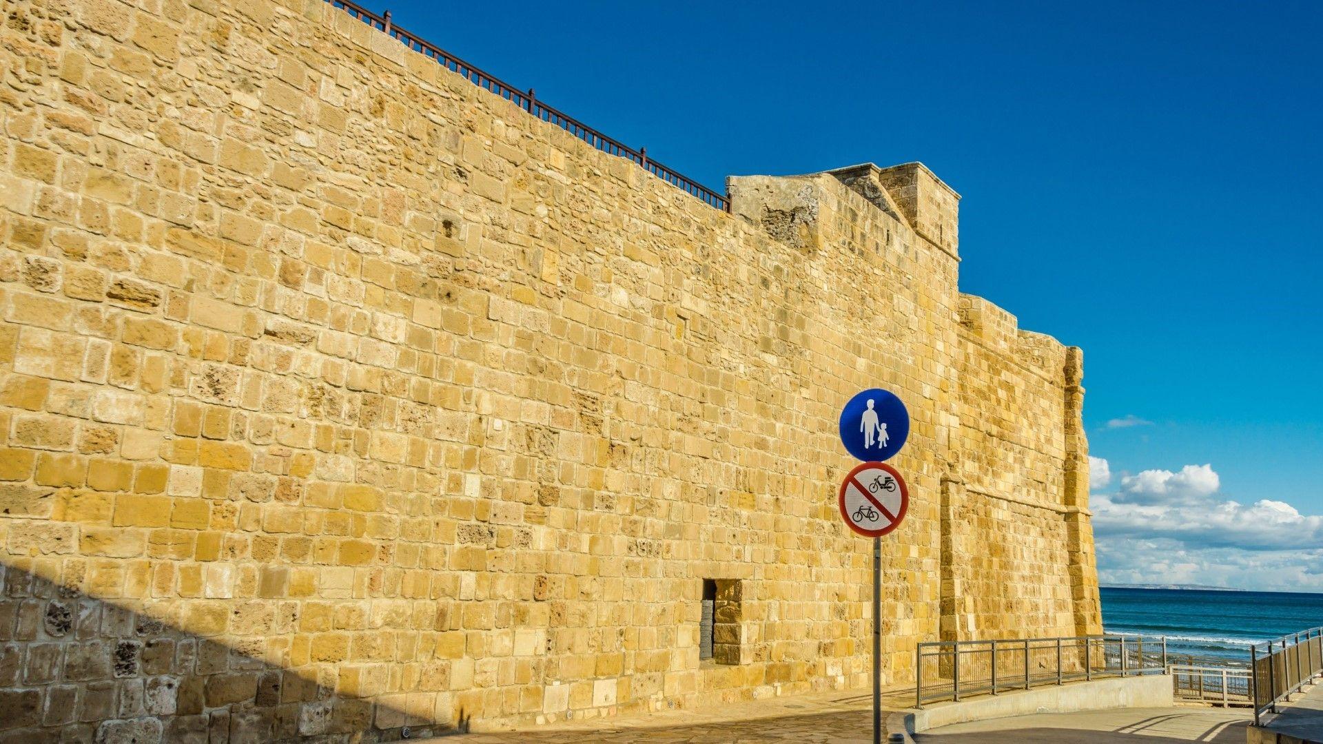 Крепостта със Средновековния музей в Ларнака