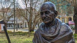Откраднаха очилата от паметника на Махатма Ганди във Варна (снимки)