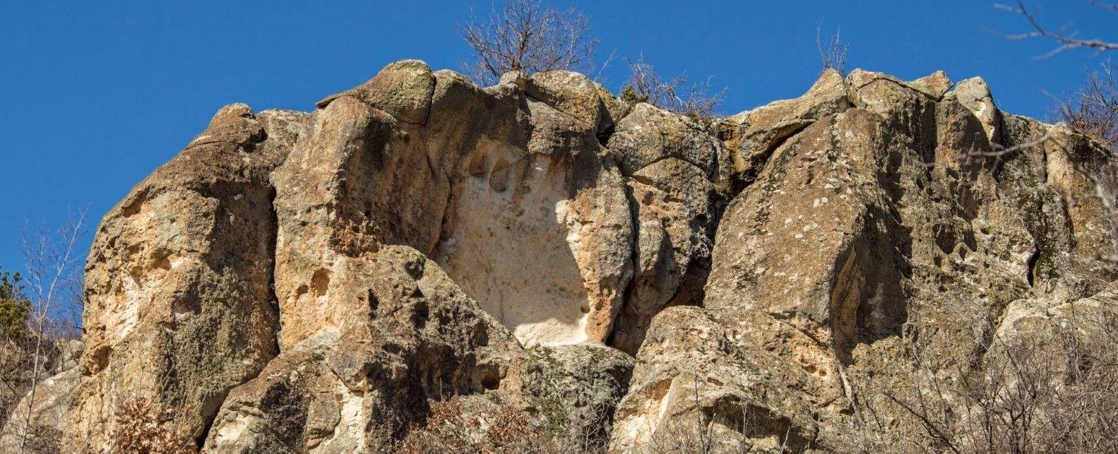 Скални ниши над входа на пещерата