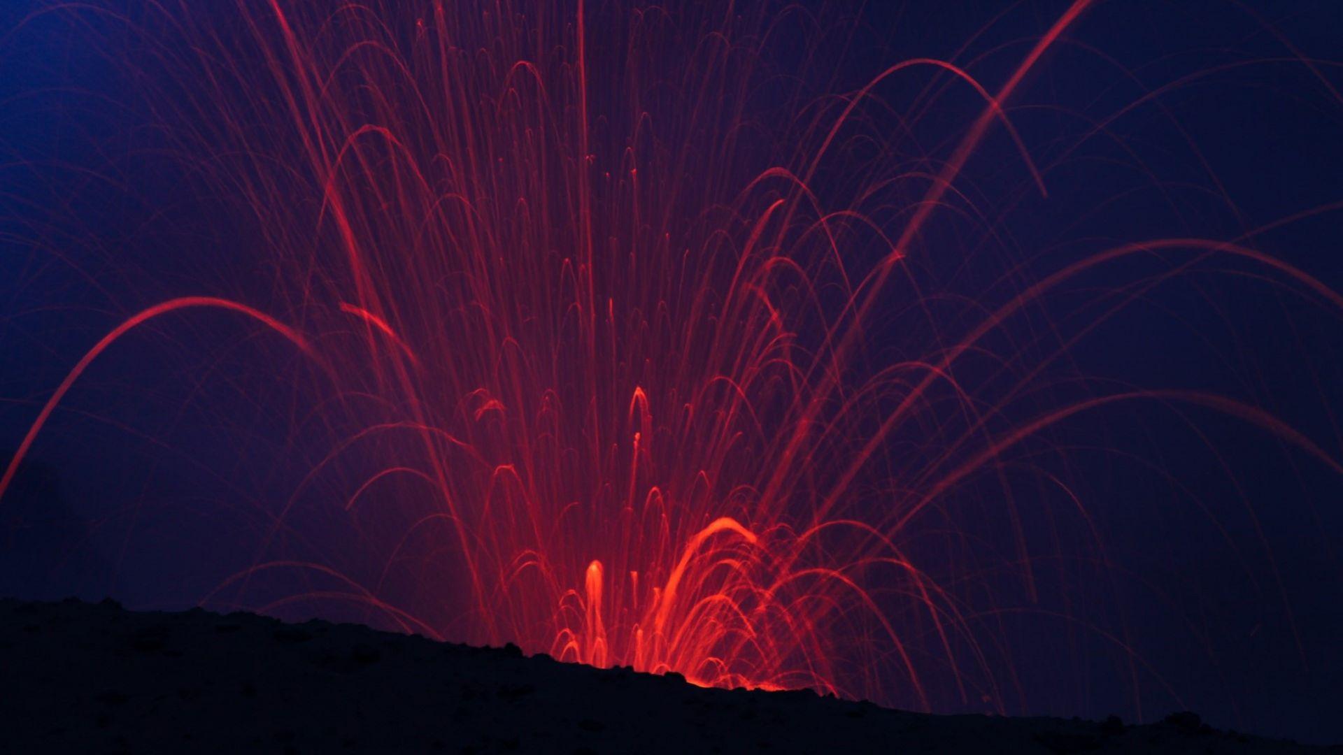 Руските власти: Спрете да си правите селфита с изригващия вулкан