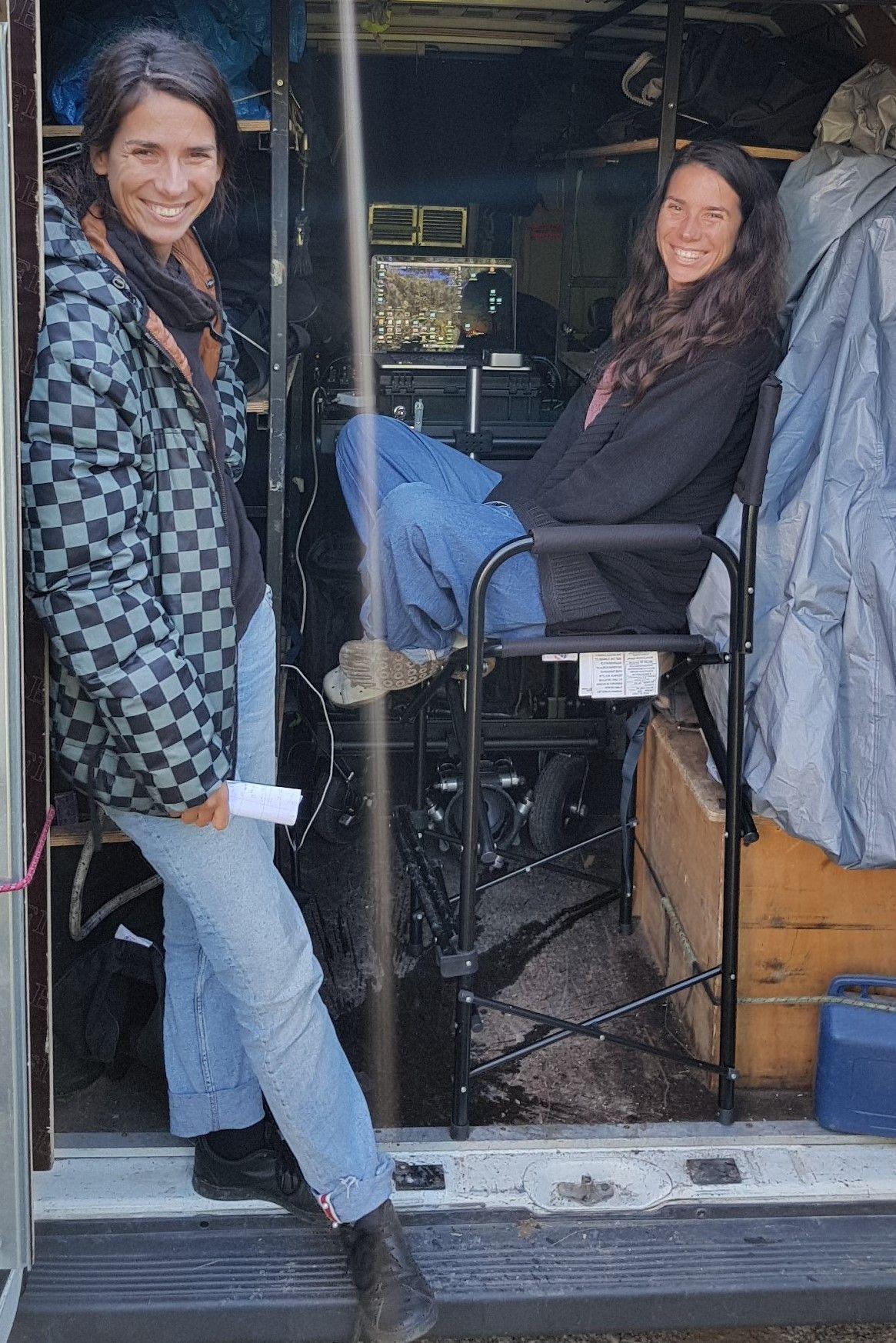 Смях по време на снимки - когато близначките Силвия и Деница се засекат на терен