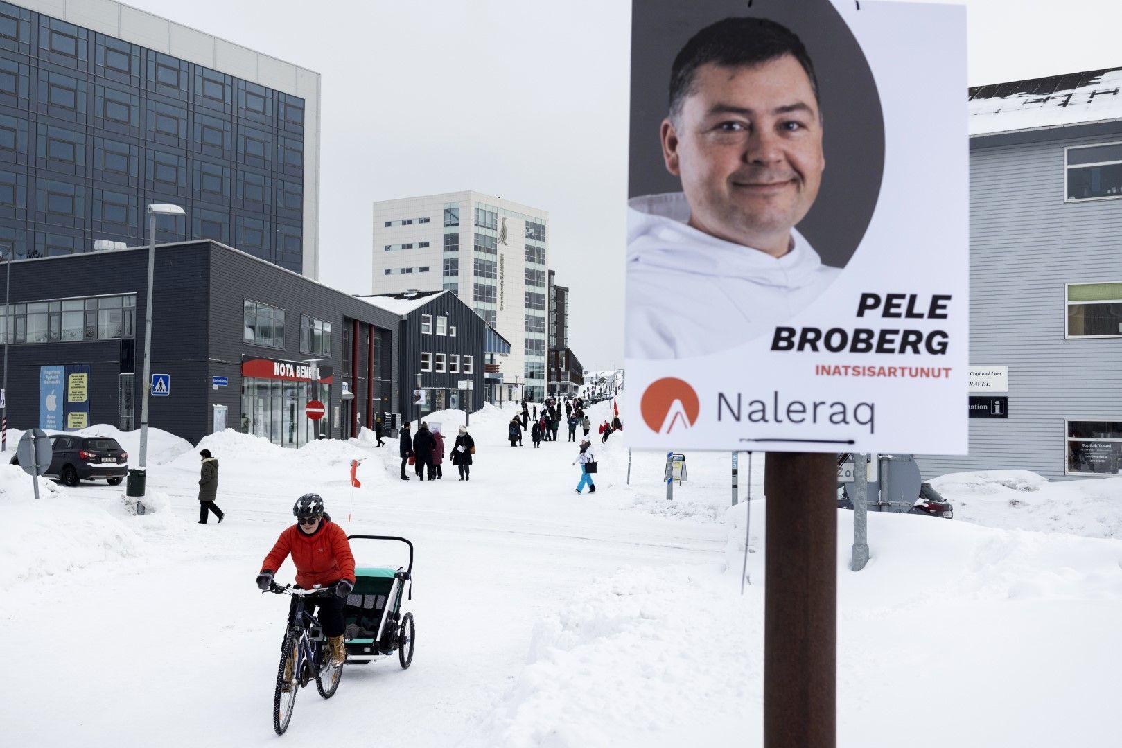 Изборeн плакат за Пеле Броберг, който се кандидатира за партията Налерак (Naleraq), в Нуук, петък, 25 март 2021 г. Гренландия ще проведе парламентарни избори на 6 април