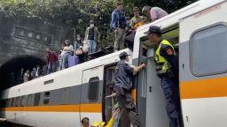 Тежка катастрофа в Тайван с десетки жертви и ранени - влак се удари в камион (снимки/видео)