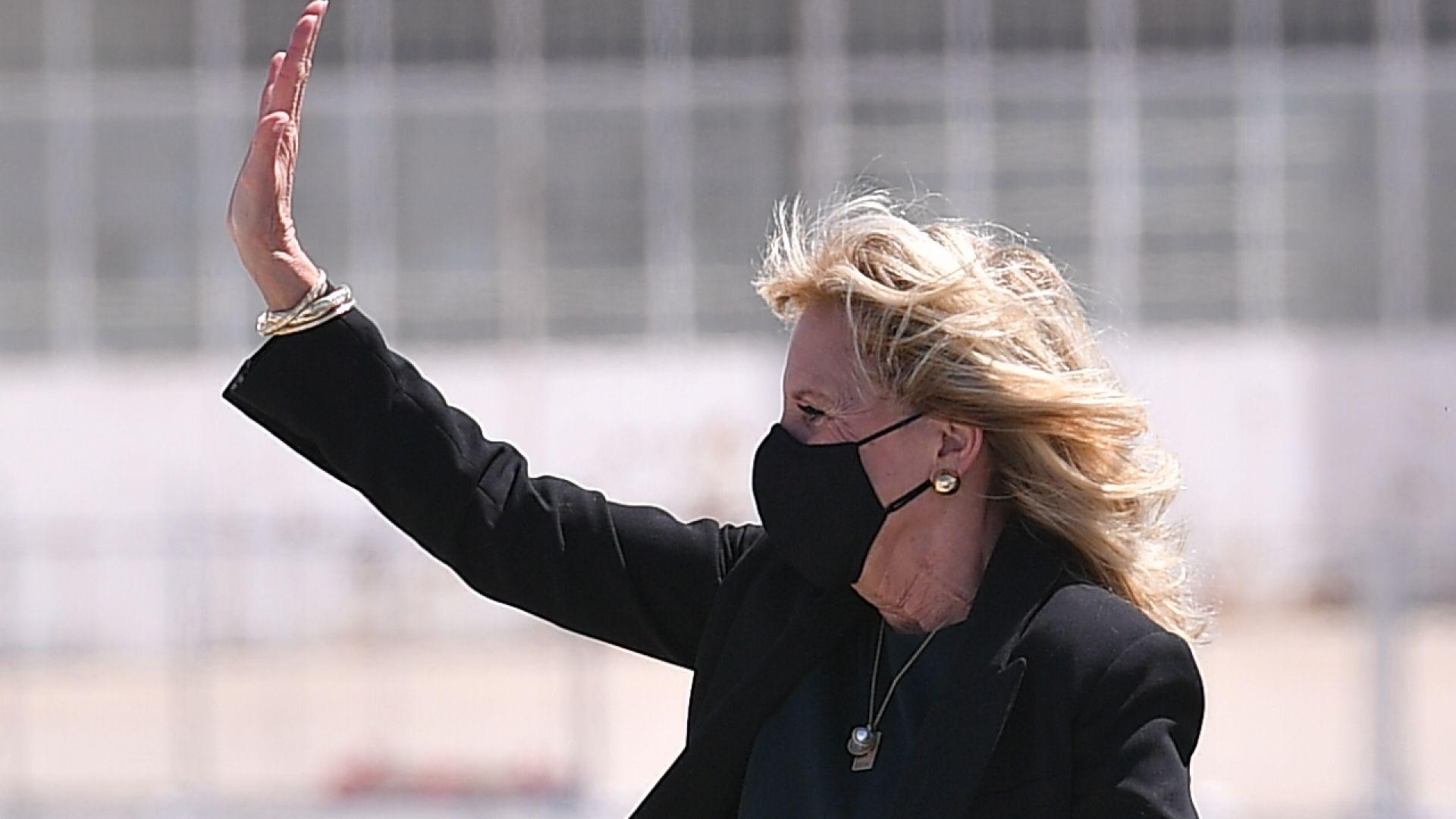 Първата дама на САЩ Джил Байдън се престори на стюардеса за 1 април