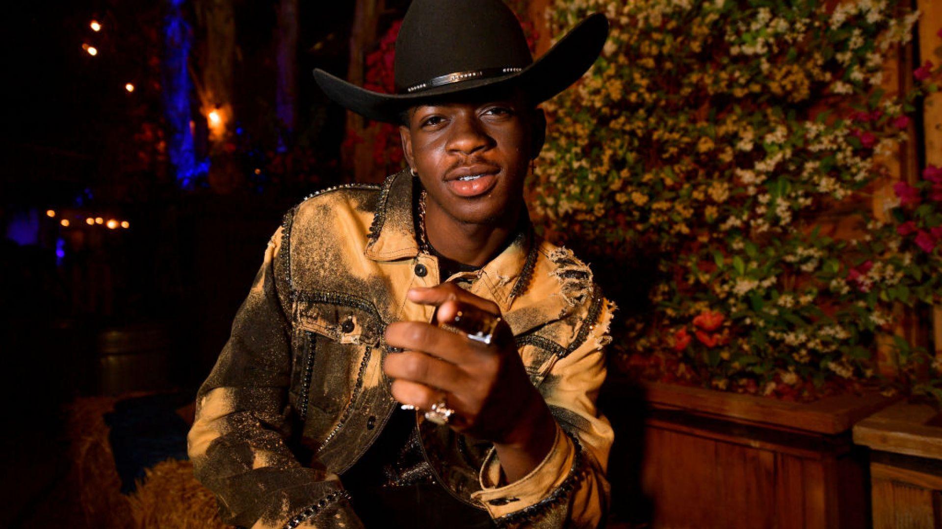 """Спряха продажбата на """"сатанинските маратонки"""" на Lil Nas X"""