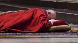 Папата за втори път отслужи меса на Разпети петък без публика (снимки)