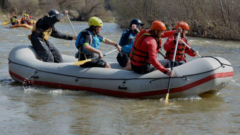 Любители на екстремните спускания откриха днес рафтинг сезона по река