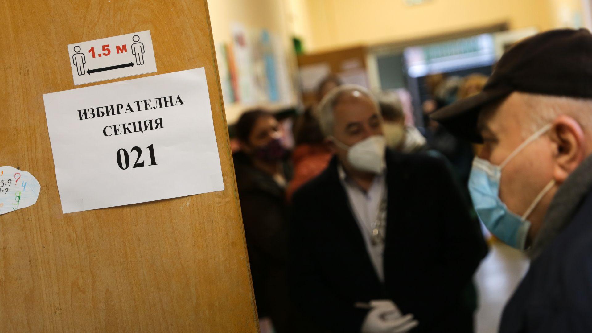 Опашки за гласуване в началото на изборния ден в София (снимки)