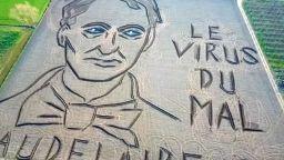 Вижте огромния портрет на Бодлер, направен в поле в Италия