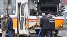 Камион се заби в трамвай, ватманът е в болница (снимки)