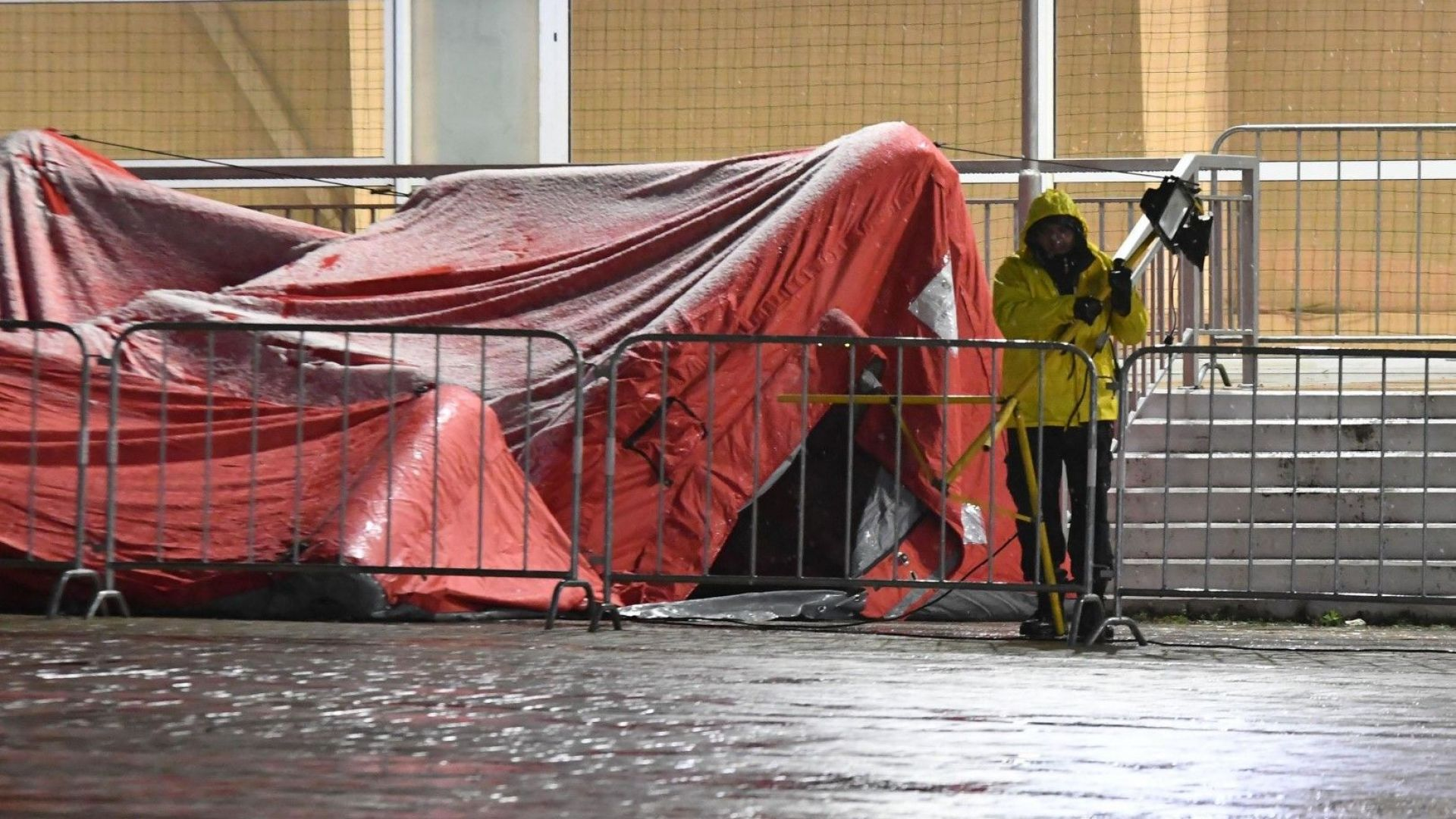 """Падна палатката с изборни протоколи пред зала """"Арена Армеец"""" в София"""