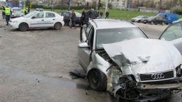 Тир удари два автомобила на кръстовище в Русе, трима са в болница