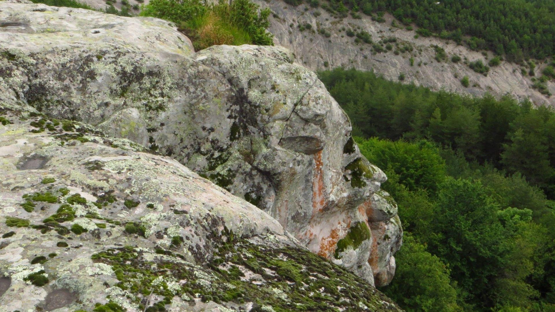 Природата е офромила човешки глави в скалата