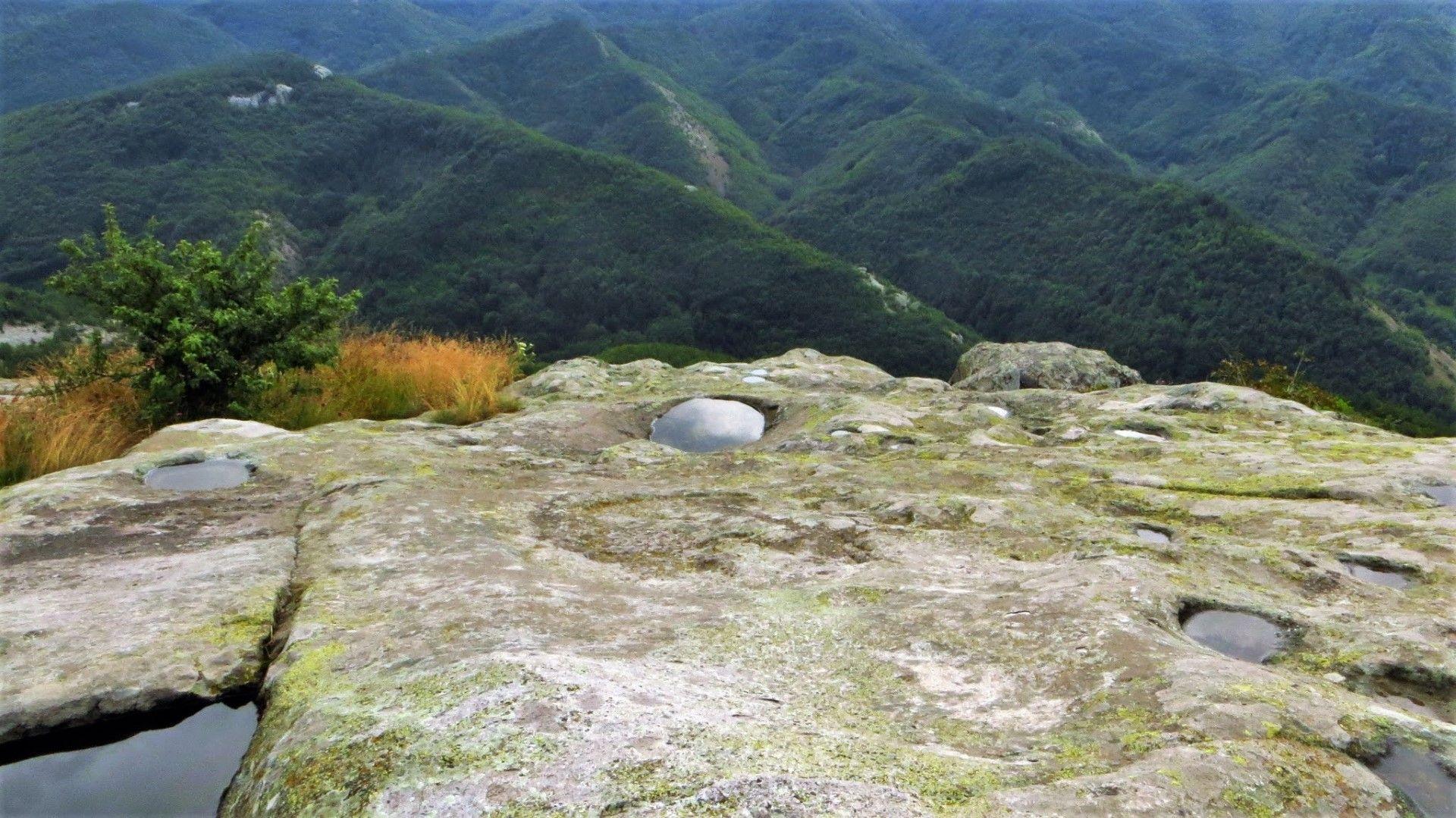 След дъжд ясно се виждат изсечените в скалата ямки, а кладенците са винаги пълни с вода