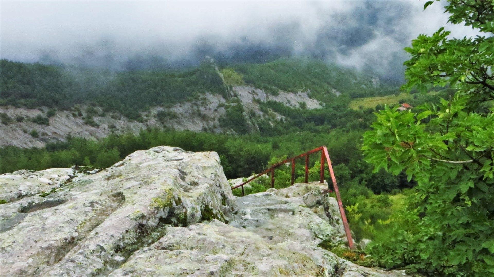 Парапети и стълби, по които туристите могат да се качат