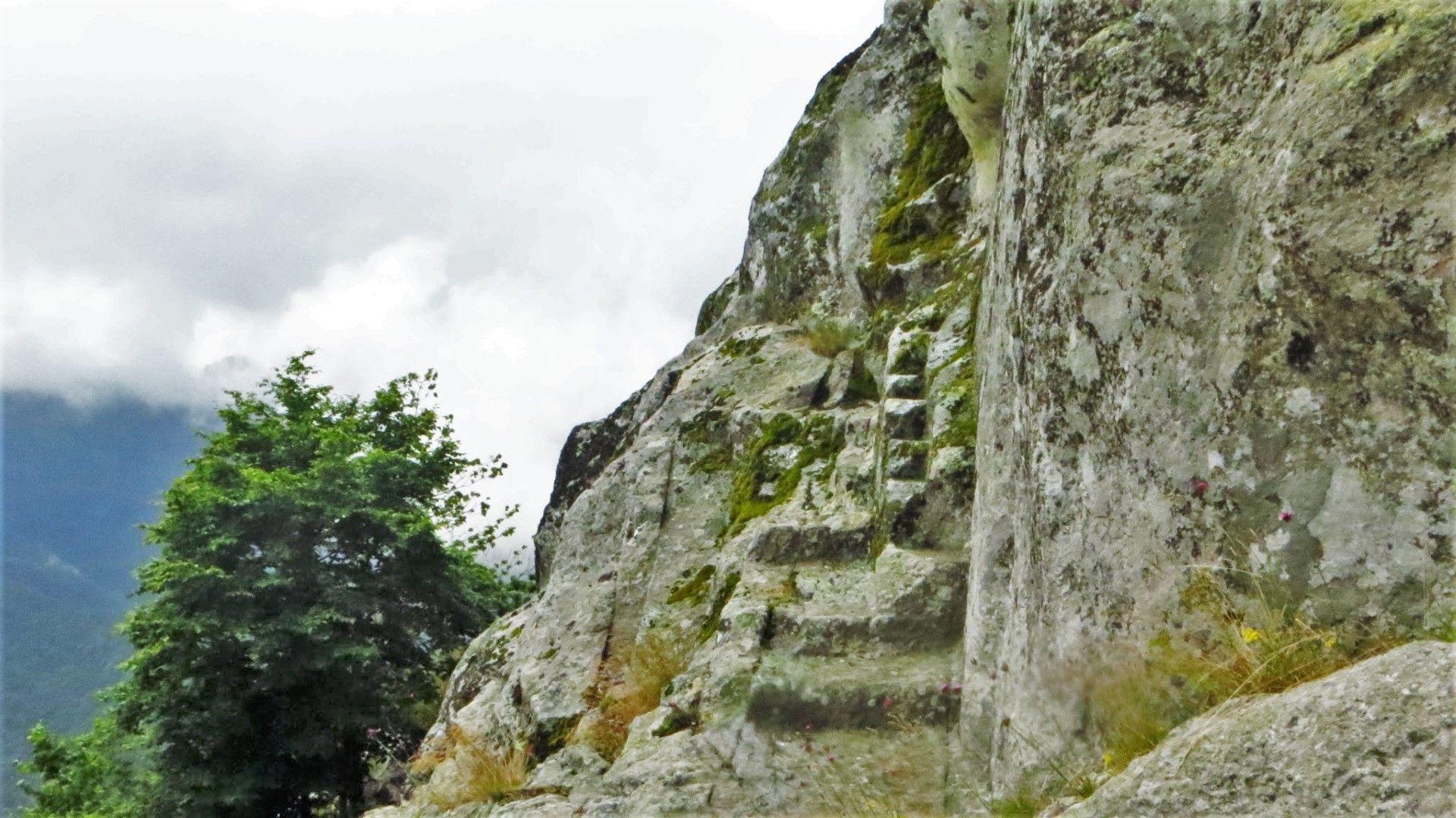 Изсечените в древността стълби към Белинташ